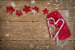 Cukierek czerwieni i serca gwiazdy na drewnie Zdjęcie Royalty Free