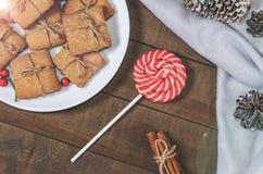 Cukierek i domowej roboty ciastka w Bożenarodzeniowym wystroju zdjęcia royalty free