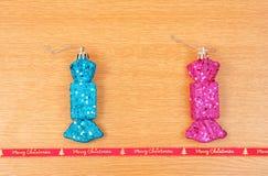 Cukierek kształtował Bożenarodzeniowe dekoracje z Wesoło bożych narodzeń czerwieni faborkiem Obrazy Stock