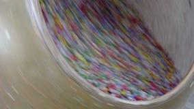 Cukierek, pokrywający z barwionym glazerunkiem, suszył na specjalnej suszarniczej maszynie zdjęcie wideo