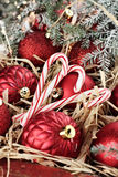 Cukierek trzciny i Czerwoni Bożenarodzeniowi ornamenty Obraz Royalty Free
