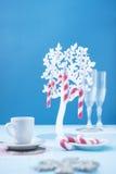 Cukierek trzciny na błękitnym tle zdjęcie royalty free