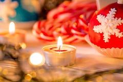 Cukierek trzciny z Bożenarodzeniową dekoracją na drewnianej desce fotografia royalty free