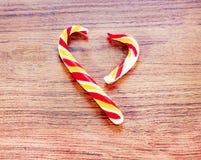 Cukierek w formie serca na drewnianym tle dla świętowania walentynki ` s dzień Serce jest łamany cyganienie Fotografia Stock
