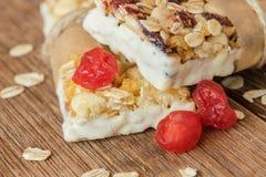 Cukierków bary z czekoladą, wzrostem i cranberry, Obraz Stock