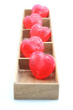 Cukierków serca w drewna pudełku Fotografia Stock