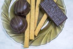 Cukierki, ciasta na talerzu Gofry, słodcy kije, souffle zdjęcia stock