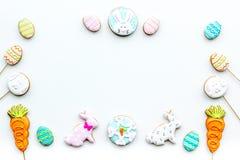 Cukierki, ciasto dla wielkanoc stołu Wielkanocni jajka i Wielkanocnego królika pojęcie Biała tło odgórnego widoku kopii przestrze Zdjęcie Royalty Free