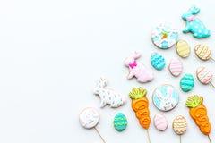 Cukierki, ciasto dla wielkanoc stołu Wielkanocni jajka i Wielkanocnego królika pojęcie Biała tło odgórnego widoku kopii przestrze Fotografia Royalty Free