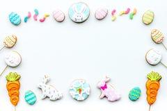 Cukierki, ciasto dla wielkanoc stołu Wielkanocni jajka i Wielkanocnego królika pojęcie Biała tło odgórnego widoku kopii przestrze Obraz Stock