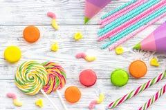 Cukierki dla urodziny wliczając lizaka i macarons na drewnianym desktop widoku Zdjęcia Stock