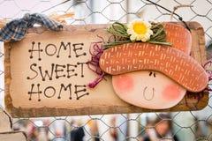 Cukierki domowa drewniana dekoracja wieszał na drucianej siatce Obrazy Stock
