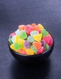 Cukierki galaretowi cukierki w pucharze na tle galaretowi cukierki wewnątrz Zdjęcia Royalty Free