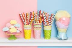 Cukierki i dekoracje dla wakacje stołu Set dla urodziny Zdjęcie Stock