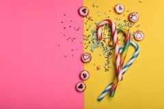 Cukierki i kropią na kolorowym tle Zdjęcie Stock