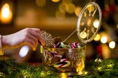 Cukierki i piernikowy szklany słój zdjęcia stock