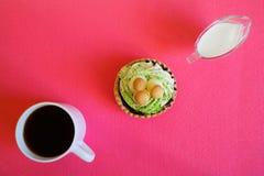 Cukierki kszta?tuj?cy tort z pieczarkami, kubek czarna kawa i dzbanek ?mietanka na, r obrazy stock