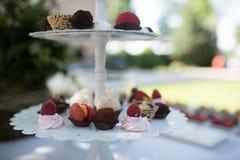 Cukierki na białym backsplash torcie Zdjęcie Royalty Free