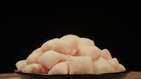 Cukierki na czarnym talerzu w obracaniu zbiory