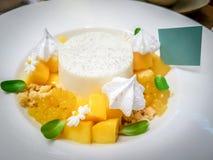 Cukierki pustynny mangowy pudding na bielu talerzu Obraz Royalty Free