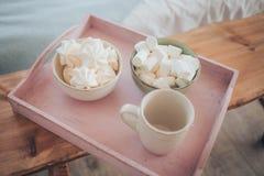 Cukierki różowy marshmallow - zephyr Provence i filiżanka kawy obraz royalty free