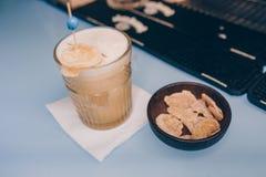 Cukierki Sławny milky biel z karmel suszącym owoc autorem inspirował koktajlu napój na baru kontuarze - Zakończenie odgórny widok zdjęcia royalty free