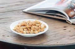Cukierki smażący arachidy na drewno stole Obraz Royalty Free