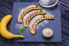 Cukierki smażący banan słuzyć na czarnej łupek desce Zdjęcia Royalty Free
