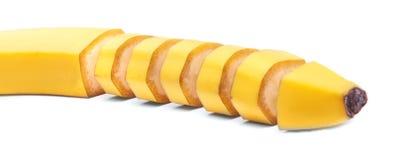 Cukierki, soczysty, tropikalny cięcie w kawałka żółtym bananie, odizolowywającym na białym tle Egzotyczne witaminy Zdjęcie Stock