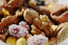 Cukierki suszy? owoc i dokr?tki w krystalicznej wazie zdjęcie stock