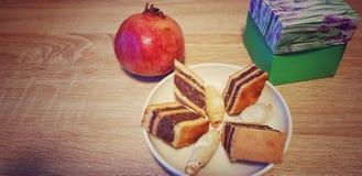 Cukierki tort na stole zdjęcie royalty free