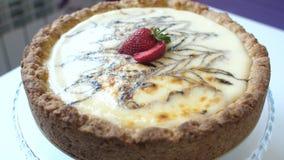 Cukierki tort na talerzu przy kuchnią zbiory
