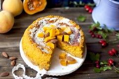 Cukierki tort z banią i cynamonem Fragrant jesieni ciasto w domu kosmos kopii zdjęcie stock