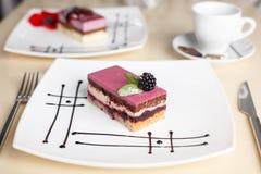 Cukierki tort z filiżanką herbata na drewnianym stole Fotografia Stock