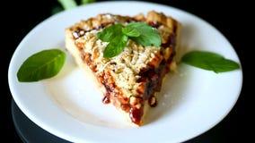 Cukierki tort z owocowym d?emem w talerzu na czerni zbiory wideo