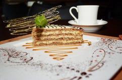 Cukierki tortowy Esterhazy z nowym liściem i filiżanką coffe Fotografia Stock