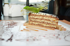 Cukierki tortowy Esterhazy z nowym liściem na półmisku Zdjęcie Royalty Free