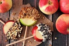 Cukierki zamaczający jabłczani cykle na drewnie, above fotografia royalty free