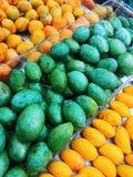 Cukierki Zielony i pomarańczowy mango na supermarkecie zdjęcia stock