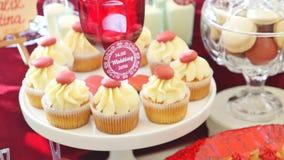 Cukierku bar, czerwony colour, marsala Stół z ślubnym tortem, cukierki, cukierki, deser, strzela zdjęcie wideo
