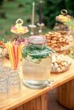 Cukierku bar i ślubny tort Stół z cukierkami, bufet z babeczkami, cukierki, deser fotografia stock