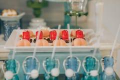 Cukierku bar Wyśmienicie słodki bufet z babeczkami Słodki wakacyjny bufet z babeczkami i innymi deserami obraz royalty free