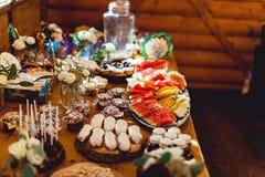 Cukierku bar Wyśmienicie słodki bufet z różnym cukierki Stół z deserami i owoc obraz royalty free