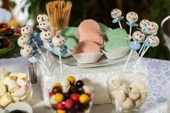 Cukierku bar z cukierkami Tort, ciastka, lemoniada, ?mietankowi s?odka bu?eczka, ?wie?e jagody dla uroczystego urodziny fotografia royalty free