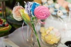 Cukierku bar z cukierkami Tort, ciastka, lemoniada, ?mietankowi s?odka bu?eczka, ?wie?e jagody dla uroczystego urodziny obraz royalty free