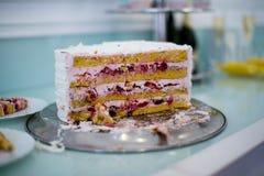 Cukierku baru marshmallow na stole, macaroon, torcie i babeczce, wakacje, urodziny, dekoracja, wystrój wanilia _ obraz royalty free