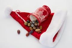 Cukierku trzciny, cukierki i czekolada na Santa kapeluszu odizolowywającym, Zdjęcie Stock