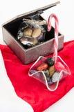 Cukierku trzciny, cukierki i czekolada na Santa kapeluszu odizolowywającym, Obraz Royalty Free