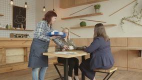 Cukierniana kelnerki porcji kawa kobiety używa pastylki zdjęcie wideo
