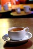cukiernianej kawy kontuaru filiżanki gorący stary sklepowy drewno Obrazy Royalty Free
